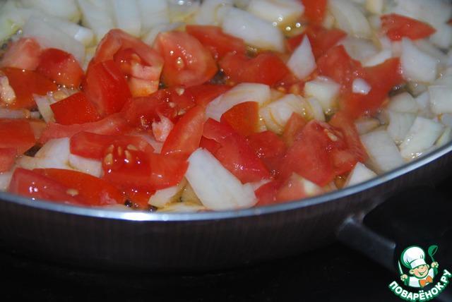 На этом же сале обжарить помидоры и лук.