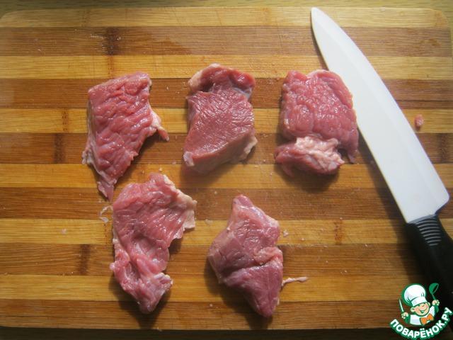 Нарежьте мясо на порционные кусочки поперек волокон (это ОЧЕНЬ важно, иначе мясо не разгрызете).
