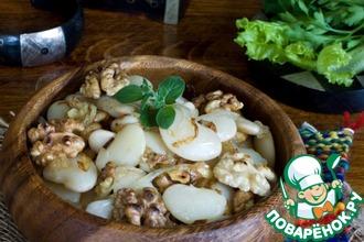 Фасоль с жареным луком и орехами