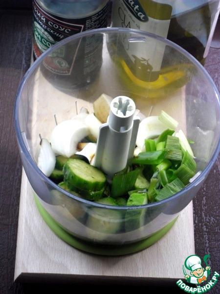"""Добавить соевый соус и оливковое масло, молотый перец, соль пока добавлять не нужно, только в самом конце, если необходимо, """"солёности"""" соевого соуса может вполне хватить."""