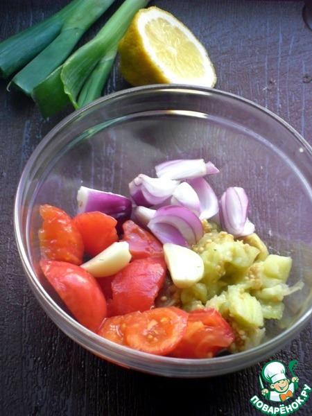 Мякоть баклажана, помидоры, лук смешать, добавить сок лимона, чеснок, добавить зелень, подсолнечное масло (непременно должно быть не рафинированным), соль и перец по вкусу.