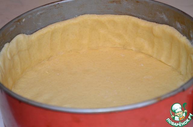 Распределить по форме, сделать высокие бортики - это важно!!! Пирог высокий, и начинка во время выпечки поднимается! Бортики - примерно 6-7 см.