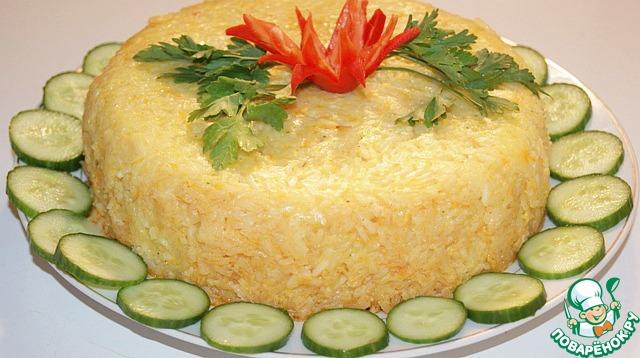 Накрыть фольгой и выпекать в прогретой духовке при 220 градусах С 20 минут. Готовый рис подрезать по бокам ножом, накрыть блюдом и перевернуть на него.