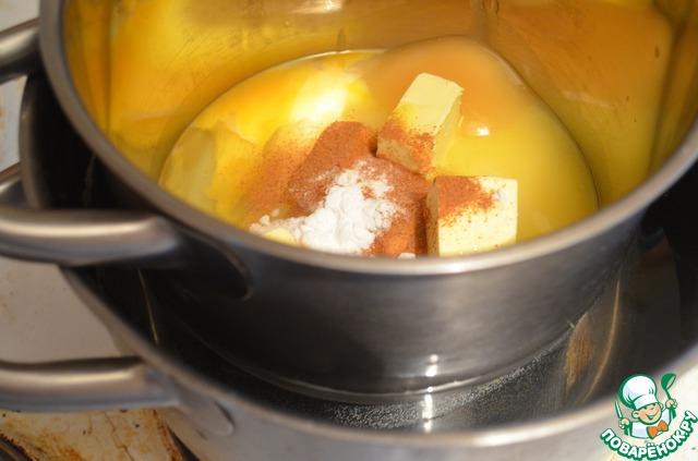В кастрюльку кладем сахар, масло, яйца, корицу, соду, мед и ставим на водяную баню, т. е. эту кастрюльку ставим в большую кастрюлю, наливаем в большую воды наполовину и ставим на огонь.