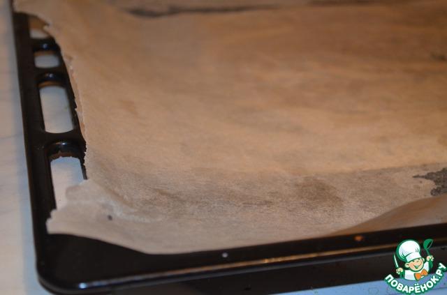 Противень нужно застелить бумагой для выпечки и смазать ее немного растительным маслом.