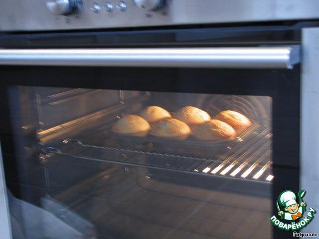 Поставить в разогретую до 200 градусов духовку на 25 минут,    они сразу характерно поднимутся