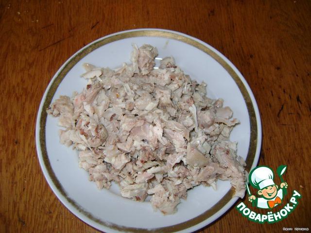 С окорочка снять кожу и отварить в подсоленной воде. Мясо отделить от костей и мелко порезать.