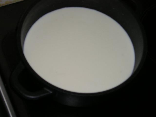 Итак, ставим молоко на плиту в кастрюле с толстым дном.