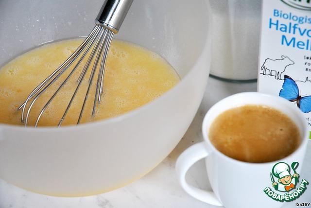 Все жидкие ингредиенты и сахар взбиваем, пока сахар не растает.
