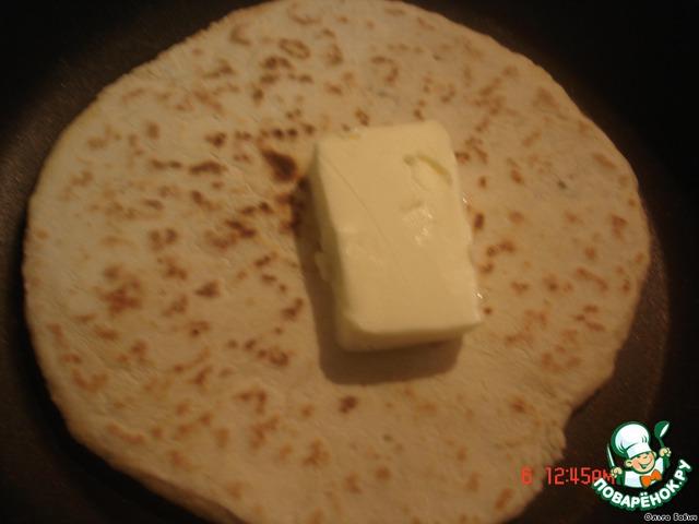 Придерживая лопаткой, протираем тряпочкой сковородку (это обязательно!!!), переворачиваем. Cторону, которая испеклась обильно смазываем сливочным маслом.