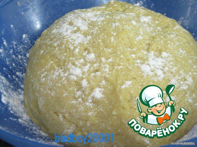 Замешиваем крутое тесто, примерно 5 минут, и ставим в теплое место отдохнуть минимум на час