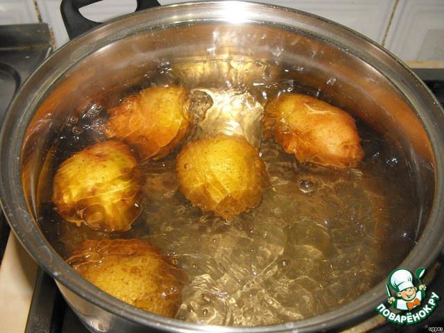 """Параллельно отвариваем до готовности картофель """"в мундире""""."""