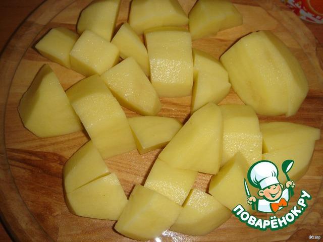 Когда капуста уже почти готова, в горячий бульон кидаю крупно порезанную картошку.