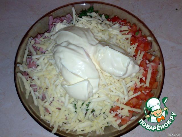 Натереть сыр на крупной терке, чеснок (через давилку) и добавить майонез. Все перемешать.   Солить не нужно.