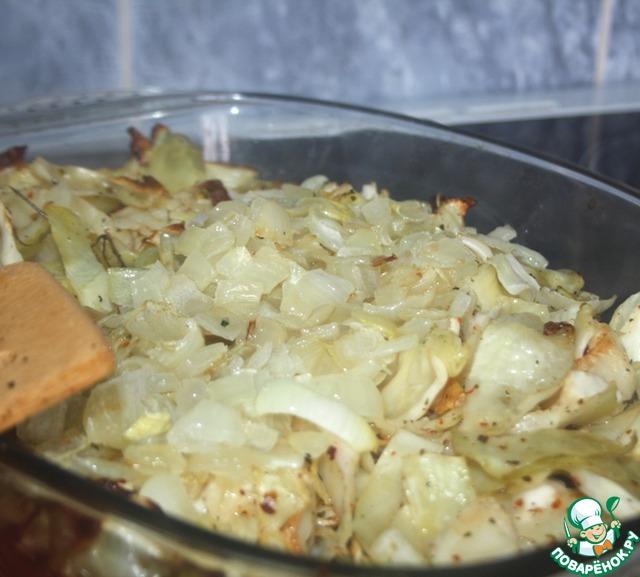 По истечению времени достать капусту из духовки, добавить в нее лук, хорошенько перемешать и вернуть в духовку еще на 10 минут.
