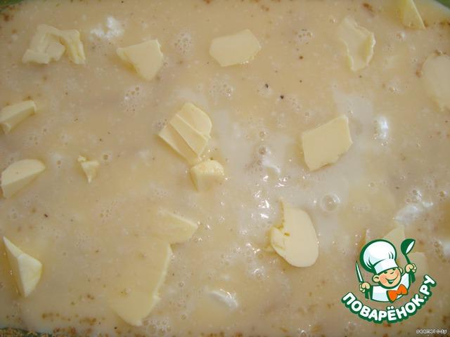 6. Сверху порезать кусочками сливочное масло и равномерно распределить (можно заменить оливковым)