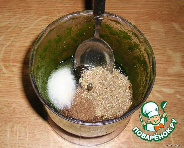 Смешайте всё это с одной чайной ложечкой соли (можно чуть больше), одной столовой ложкой мёда и с желаемыми специями. Из специй я рекомендую добавить одну столовую ложку молотого тмина и одну столовую ложку молотого кориандра. Для данного томатного соуса это идеальное сочетание.   Всё хорошенько перемешайте.