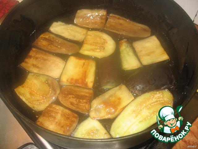 В чесночном масле обжарить до готовности баклажанчики с двух сторон.