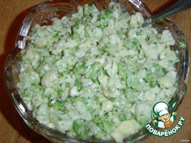 Готовим соус - в майонез (можно использовать кефир) добавляем немного соевого соуса, паприку, лук-пудру, чеснок-пудру, сушеную зелень, перец черный молотый, соль. Все кладем по вкусу.        Этим соусом заливаем капусту и перемешиваем.         Салат готов!!!