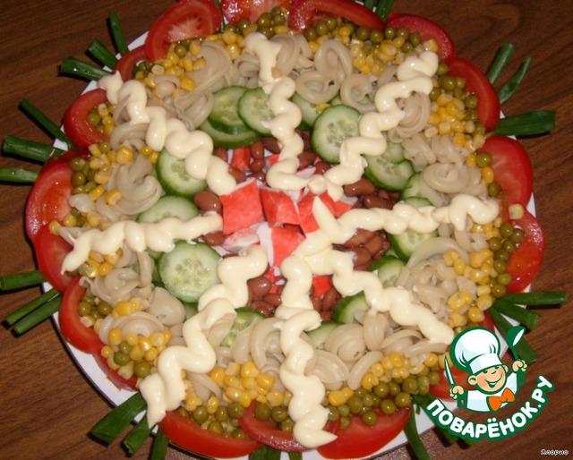 Смешивается салат в отдельной объемной посуде за столом.    В нашем случае это был, практически, тазик :-D