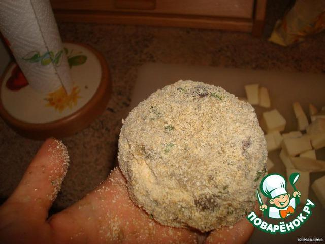 Скатать ладошками шарик, сформировать котлету.   Обвалять в муке или в панировочных сухарях