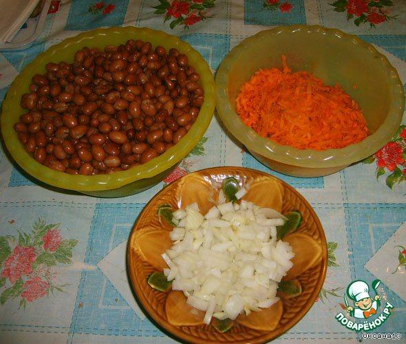Фасоль отварить до готовности, посолив в конце варки.    Лук мелко нарезать, морковь натереть на крупной терке.