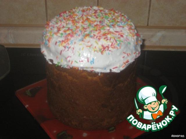Сделать сахарную глазурь:   1 белок взбить с сахарной пудрой, до однородной пышной массы.        Сахарной глазурью смазать верхушку кулича. Я ещё украсила кондитерской посыпкой.
