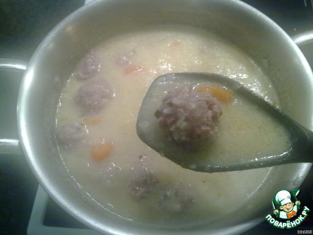 На очень маленьком огне оставить суп на две минуты, осторожно перемешать.