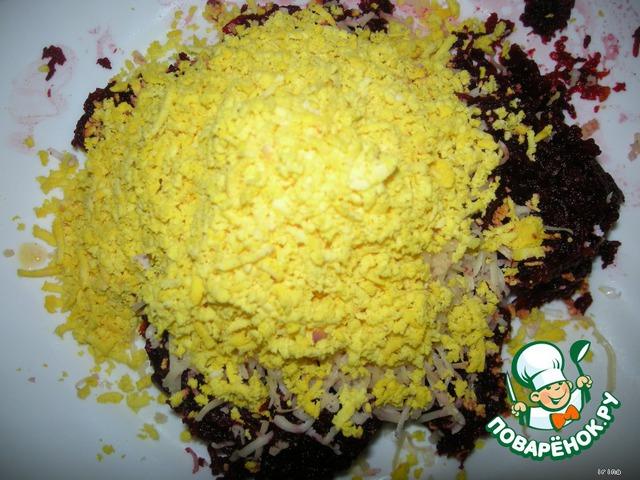 К свекле добавьте тертый яичный желток.