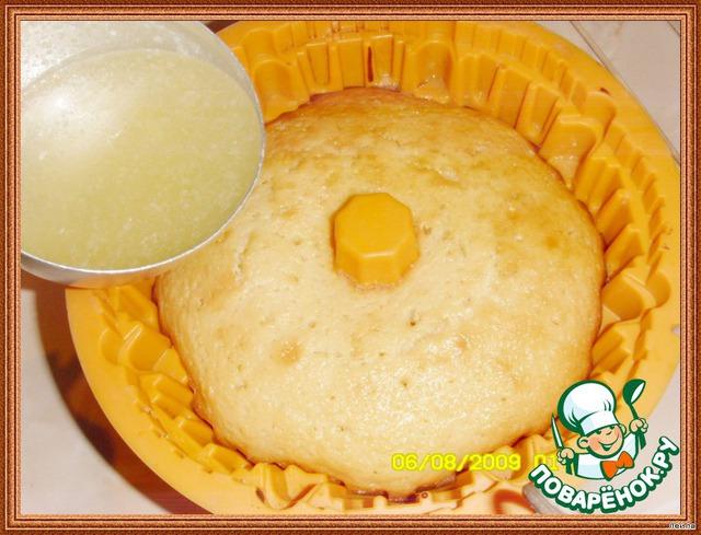 Когда кекс испечется, не вынимая из формы, проткните кекс тонкой палочкой в нескольких местах и залейте ГОРЯЧИЙ кекс сиропом.