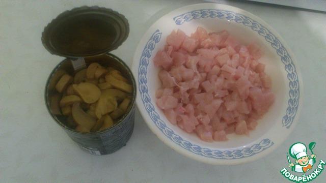 Курицу солим и вместе с грибами отправляем на сковородку
