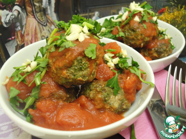 Полейте сверху томатами в собственном соку, присыпьте зеленью и чесноком.