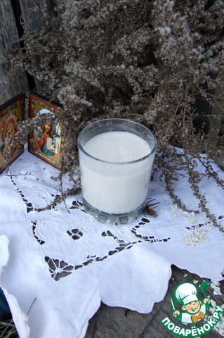 """Пару строк о пользе овсяного """"молока"""". Еще в древности люди широко использовали подобное растительное молоко в своем рационе, поскольку оно богато клетчаткой, которая замечательно очищает сосуды, и белком, который обеспечит Вам заряд энергии на весь день!!! Решила еще дописать, что лучше готовить его немного, так, чтобы сразу использовать. Из предложенного мною количества получилось где-то два таких стакана."""