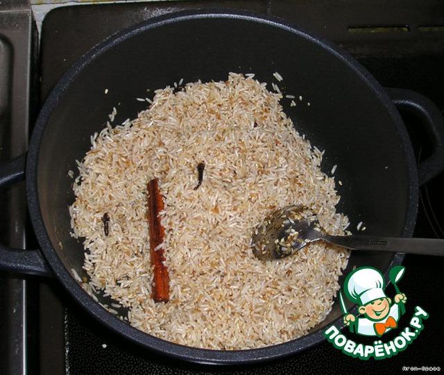 Теперь всыпьте рис и обжаривайте его несколько минут, пока зерна риса не станут слегка прозрачными.