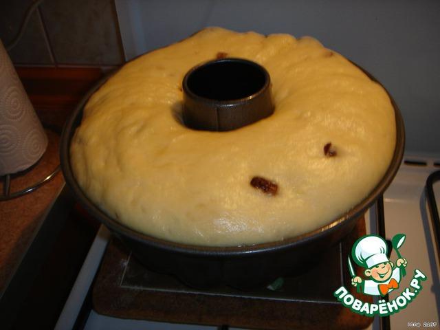 Подготовка ингредиентов   ==================== ======     Изюм по необходимости перебираем, промываем и заливаем кипятком минут на 15. Слить воду и просушить.    Масло, сметану, яйца, подсолнечное масло - оставляем в комнате для того, чтобы были комнатной температуры.    Тесто я всегда почему-то ставлю безопарным способом. Получается нормально...    ТЕСТО - на 5-ти литровую кастрюлю.    ========    Слив. масло растереть с половиной нормы сахара.    Разбить яйца и отделить желтки от белков.    Взбить яйца с сахаром.    Взбитые яйца смешать со сливочным маслом. (которое предварительно растерли с сахаром)    Заранее растворить дрожжи в теплом молоке.    В получившуюся массу добавить сметану, теплое молоко с дрожжами, растительное масло, коньяк.    Добавить постепенно муку с ванилином и изюмом, предварительно просушенным и обвалянным в муке для равномерного распределения его в тесте.    Хорошо вымесить тесто и поставить в теплое место для подъёма на 2-3 часа.    Тесто поднялось, снова очень хорошо вымесить не добавляя муки. Тесто к рукам липнет, можно руки смазать растительным маслом. Оставить до следующего подъёма.    Тесто получается немного жидковатым. Для выпечки булочек и рулетов оно не идет, т. к. они будут немного расплываться ( уже пробовала не один раз. Для булочек в тесто нужно муки побольше)    Вымесить тесто в 3-ий раз и разложить в формы на 1/3 часть, смазанные маслом и выстеленные бумагой для выпечки.    Поставить для расстойки в теплое место до увеличения объёма. Я ставлю на плиту с включенной духовкой.