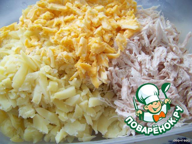 Куриное мясо разбираем на волокна.   Картофель режем некрупно.    Сыр трем на терке среднего размера
