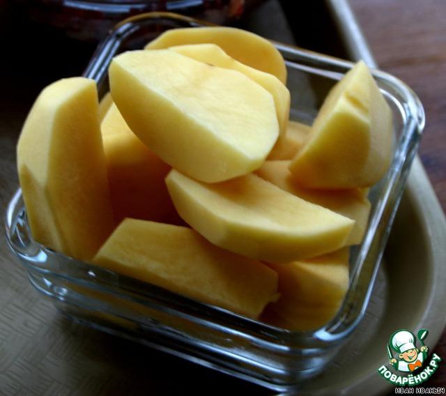 Пяток средних размеров картошков. Каждую резал начетверо...