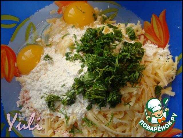 Чеснок пропустить через пресс, соединить со свежими яйцами, сыром и крабовыми палочками.