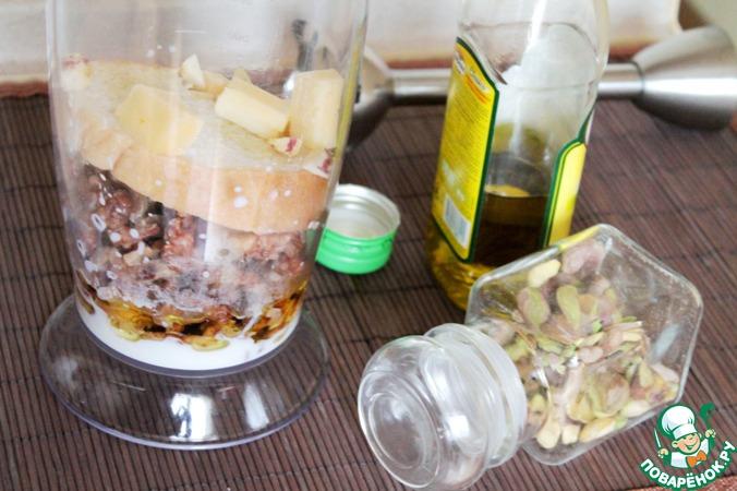 Добавить в блендер хлеб, сыр, оливковое масло (можно и без него, но нам с ним больше нравится),   чеснок и фисташки.