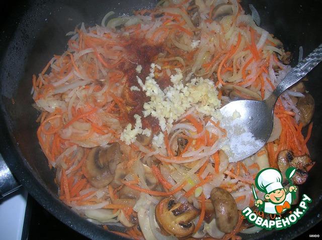Выдавливаем чеснок, добавляем соевый соус, уксус, соль, горький перец, сахар.