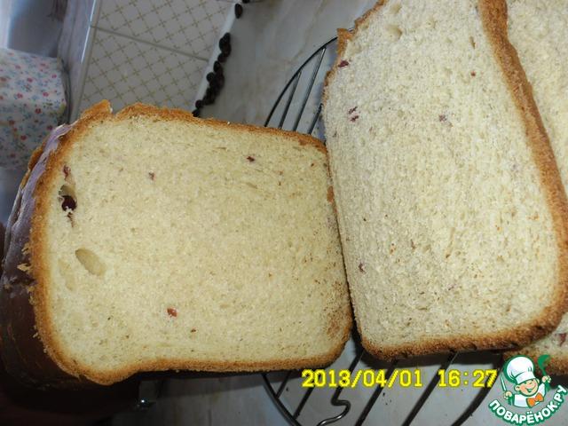 Выпечку программирую на хрустящую корочку. Крышку открываю всего один раз за 5-10 минут до окончания выпечки, чтобы смазать или молоком, или маслом. или водой. После окончания выпечки вытаскиваю ведерко с хлебом и переворачиваю на решетку до полного остывания