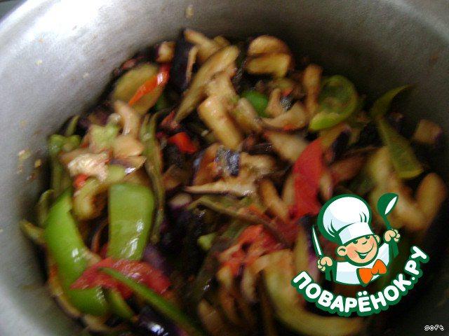 Отжатые баклажаны добавить в казан. Добавить специи: соль 1-1,5 ч.л.,перец красный и черный по 0,5 ч.л. Все хорошо перемешать.Огонь уменьшить и тушить овощи минут 10-15 под закрытой крышкой.