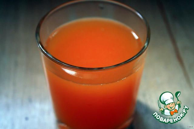 Аккуратно выжать сок из каждой половинки и процедить его, добавить сахар, размешать.