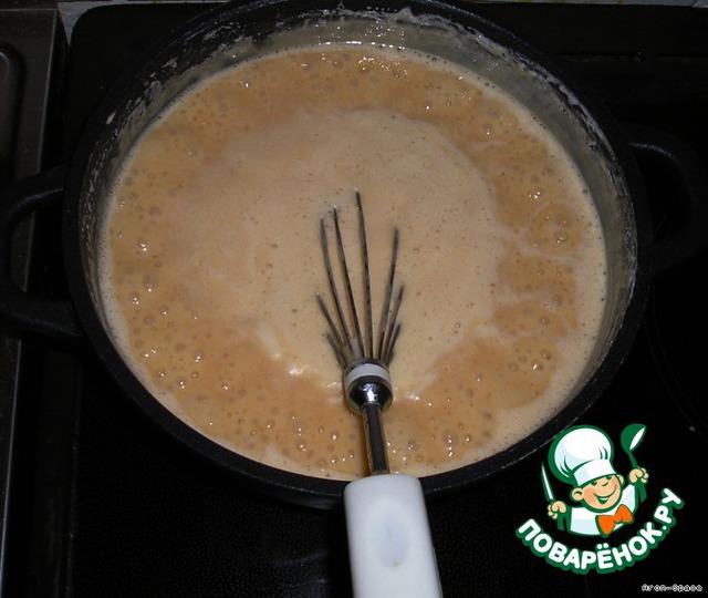Смешиваем все ингредиенты КРОМЕ СЛИВОЧНОГО МАСЛА в толстостенной кастрюле и варим на слабом огне, ПОСТОЯННО ПОМЕШИВАЯ, пока масса не начнёт приобретать коричневый оттенок. После этого добавляем сливочное масло и варим до готовности.   На приготовление карамели уйдёт примерно 1,5 часа. Если варить меньше, то получится замечательная сгущёнка. Если немного переварить, то получатся твёрдые ириски. Здесь главное не пережечь.    И ещё раз повторюсь - ВАРИТЬ НУЖНО ПРИ ПОСТОЯННОМ ПОМЕШИВАНИИ!!!