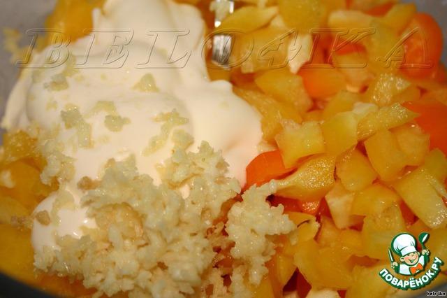 Режем болгарский перец маленькими кубиками.   В той же самой мисочке из-под помидор смешиваем перец, оставшуюся половину чеснока и 2 столовых ложки майонеза.