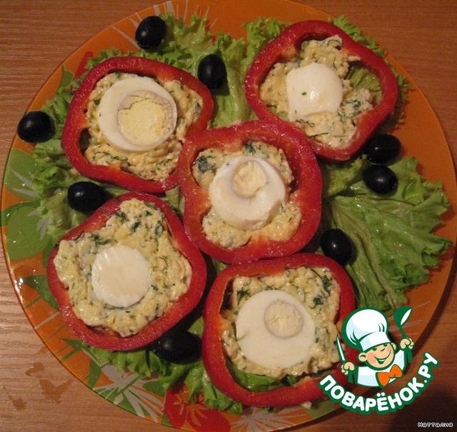 На тарелку укладываем листья салата.    Перец осторожно нарезаем на кусочки и выкладываем на тарелку.     Украшаем маслинами.