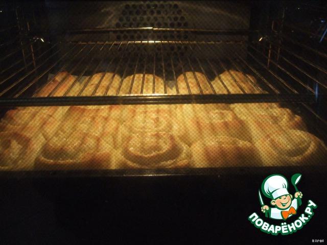 Духовку разогреть до 220 гр. (обязательно хорошо разогрейте!), поставьте туда булочки и убавьте температуру до 180-200гр.