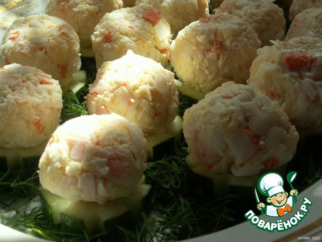 Крабовые палочки мелко порезать, сыр натереть на мелкой тeрке, яйца - на крупной тeрке. Посолить по вкусу и добавить майонез (добавляйте постепенно, салат не должен быть намайонезен).    Влажными руками скатать из салатной массы шарики и положить их на огурцы.
