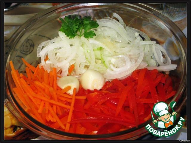 Перец и морковь нарезать соломкой, лук - тонкими полукольцами, чеснок выдавить через пресс, зелень измельчить.