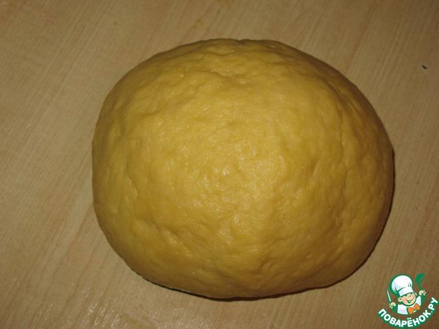 Замешиваем тесто. Оно получится эластичным и не будет липнуть к рукам. Заворачиваем его в плёнку и отправляем в морозильник на полчаса.